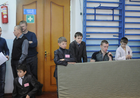 arbitros: Kovrov, Rusia - 24 de enero de 2015: las competiciones de Judo. Los árbitros whatch las competiciones