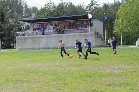 futbol infantil: FEDULOVO, VLADIMIR REGION, RUSSIA - MAY 24, 2015: Training center for tank troops. Military sports game Zarnitsa among the childrens clubs of the city Kovrov.  Participants in the game playing football with soldiers