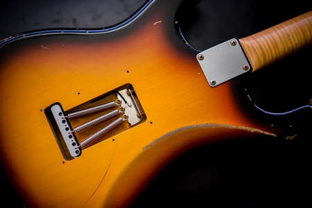 빈티지 일렉트릭 기타 트레몰로 시스템의 세부 사항 및 어두운 배경에 다시 봄