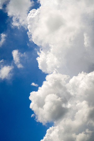白い雲と青い空を背景。