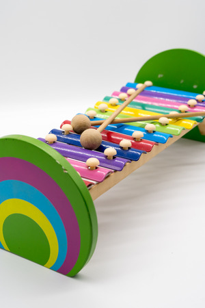 xilofono: Juguete de xilófono con 12 melodías coloridas hechas con metal y madera aisladas sobre fondo blanco. Juguete educativo para preescolar. Foto de archivo