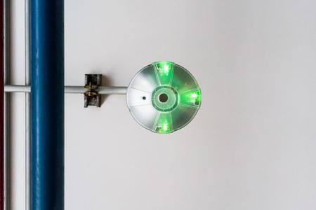 デパートの駐車場で駐車スペースのインジケーター LED センサー。駐車緑信号。 写真素材