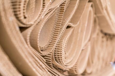 Rollo de papel ondulado doblado al azar. Una sola cara de papel corrugado mejor útil para la decoración. Enfoque selectivo