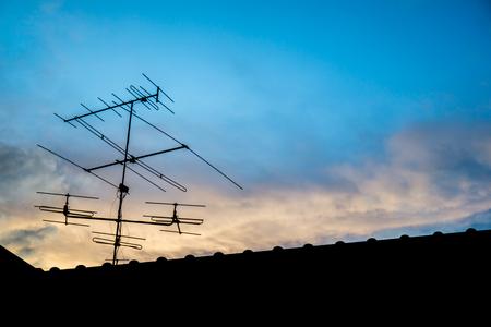 夕方には青空と屋根上テレビ アンテナ