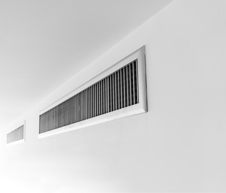 換気、白い壁の薄い金属の板フレーム