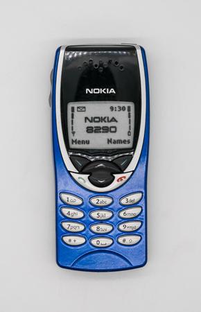ノキア8290携帯電話を使用。バンコク、タイ - 2018年2月10日:ノキア8290は、シングルバンドGSM-1900を使用して北米市場向けに設計されたNokia 8210の変種で