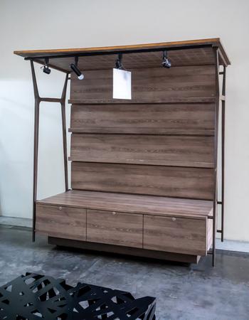 Kioskdesign aus Holz mit Beleuchtung vor weißem Wandhintergrund