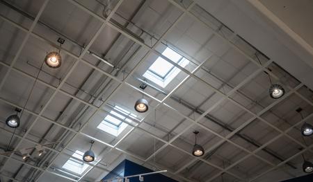 Licht lampplafond onder dak en hemellicht in pakhuis. Stockfoto