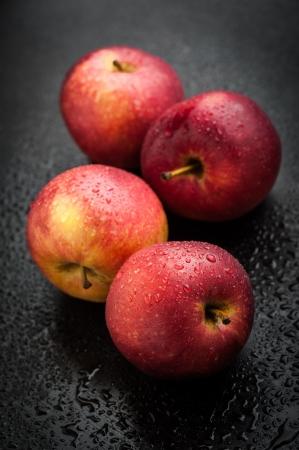 Red apples on black table after rain Standard-Bild