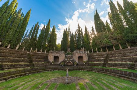 esoterismo: Montegabbione, Italia - 8 de octubre de 2016 - Scarzuola es un antiguo santuario católico en el país de la región de Umbría, en cuyo interior está la misteriosa y esotérica ciudad ideal del arquitecto Tomaso Buzzi Editorial