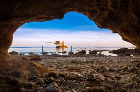 プンタ Aderci、ヴァスト - アブルッツォ州 (イタリア)、日の出海に木造建築の Trabocchi 海岸。 写真素材 - 76317883