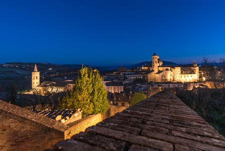 Urbino (Marche, Italie) - Une ville fortifiée dans la région des Marches en Italie, un site du patrimoine mondial remarquable pour un héritage historique remarquable de la culture indépendante de la Renaissance. Banque d'images - 77820202
