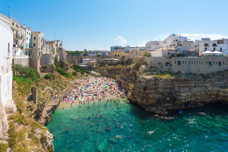 Polignano a Mare (Apulia, Italy) - The famous sea town in the province of Bari, southern Italy. The village rises on the rocky spur over the Adriatic Sea, and is known tourist attraction. Фото со стока - 81700330