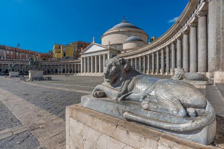 Nápoles (Campania, Italia) - El centro histórico de la ciudad más grande del sur de Italia. Foto de archivo