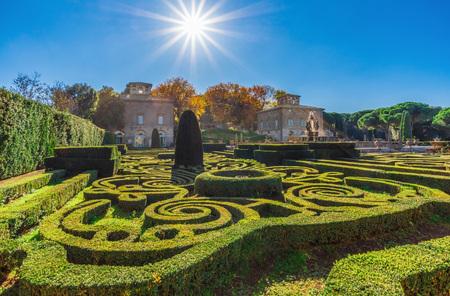 Bagnaia (Viterbo), Italy - 20111.11.18 - Villa Lante의 환상적인 기하학적 정원. 폭포가있는 방식 주의자 공원. 분수대와 물방울이 여기 가을에 있습니다.