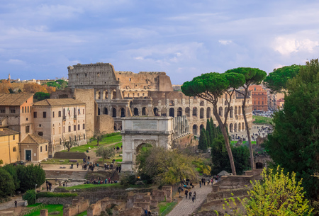 Rome, Italy - 3 December 2017 - The archeological ruins with Colosseum in historic center of Rome, named Imperial Fora. Here in particular the Foro Romano on Palatino hill. 新聞圖片
