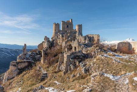 Rocca Calascio (Italien) - Die Ruinen eines alten mittelalterlichen Dorfes mit Burg und Kirche, über 1400 Meter über dem Meeresspiegel, auf den Apenninen, im Herzen der Abruzzen. Standard-Bild