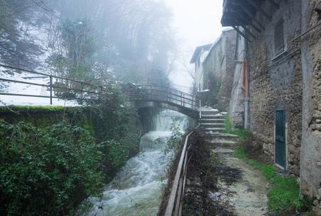 タリアコッツォ(イタリア) - アブルッツォの山岳地帯、ラクイラ州の小さな美しい村で、冬の間に雪に覆われることが多い。ここは歴史的中 写真素材