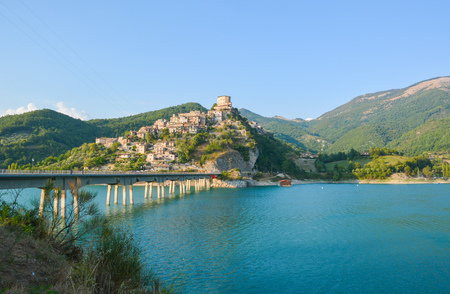 Turano lake (Rieti, Italy) and the town of Castel di Tora Stock Photo