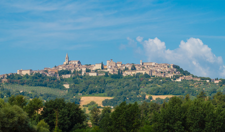 Todi (Umbria, Italia) - Il suggestivo borgo medievale della regione Umbria, in una domenica mattina d'estate.