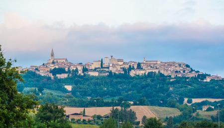 Todi (Umbria, Italia) - Il suggestivo borgo medievale dell'Umbria, in una domenica mattina d'estate. Archivio Fotografico