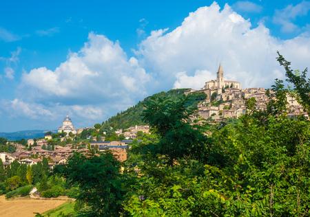 Todi (Umbria, Italia) - Il suggestivo borgo medievale della regione Umbria, in una domenica mattina d'estate. Archivio Fotografico