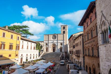 Todi, Italia - 22 luglio 2018 - La suggestiva città medievale della regione Umbria, in una domenica mattina d'estate. Qui il centro storico.