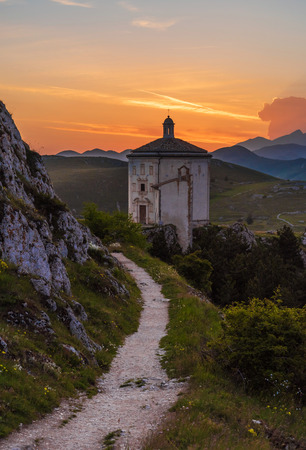 Rocca Calascio (Italy) - The ruins of an old medieval village with castle and church, over 1400 meters above sea level on the Apennine mountains in the heart of Abruzzo, at sunset. 免版税图像