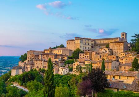 Todi (Umbria, Italia) - La suggestiva cittadina medievale dell'Umbria, in una sera d'estate. Archivio Fotografico