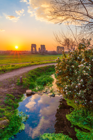Rome (Italy) - The Parco degli Acquedotti at sunset, an archeological public park in Rome, part of the Appian Way Regional Park, with monumental ruins of roman aqueducts. 版權商用圖片