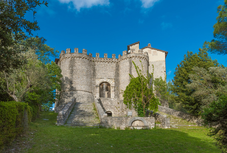 Montenero Sabino, Italy - 28 April 2019 - A very small and charming medieval village in stone with Orsini castle, on the Rieti hills, Sabina area, Lazio region, central Italy Stockfoto - 121982390