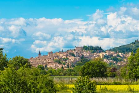 Spello (Italia): la impresionante ciudad medieval de la región de Umbría, en el centro de Italia, durante la primavera.