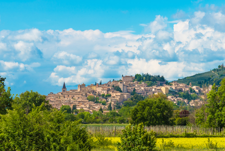 Spello (Italie) - L'impressionnante ville médiévale de la région de l'Ombrie, dans le centre de l'Italie, au printemps.