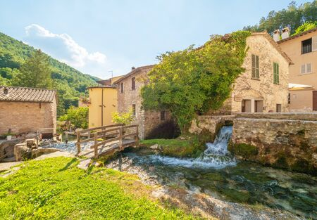 """Rasiglia (Italia) - Un piccolissimo paese di pietra nel cuore dell'Umbria, chiamato """"Paese dei ruscelli"""" o """"piccola Venezia"""" per il torrente e le cascate che attraversano il centro storico. Archivio Fotografico"""