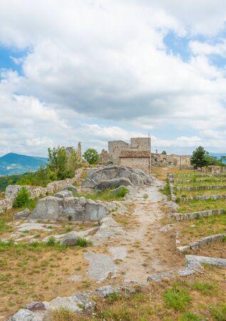 Gessopalena (Abruzzo, Italia) - En la localidad de Gessopalena hay un sitio arqueológico de la antigua villa medieval en piedra de yeso, ahora destruida, con la sugerente vista de las montañas de Majella.