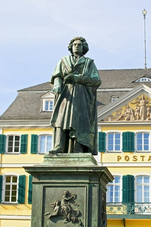 Monument of Ludwig van Beethoven on background of post building in the center of Bonn, Germany 版權商用圖片