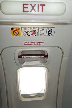 salida de emergencia: Salida de emergencia en la aeronave, el texto en Ingl�s y Alem�n