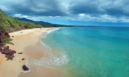 紺碧の海とマウイ島ハワイ島上の大きなビーチの美しい景色