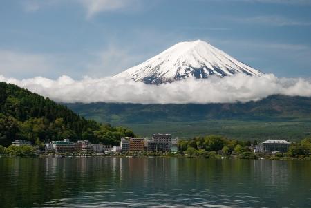 美しい青い空と日の出の間に日本の河口湖からの富士山 写真素材