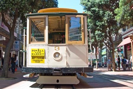 Permanent: SAN FRANCISCO CIRCA 09 juni: Kabelbaan tram circa 09 juni in San Francisco, USA. De San Francisco cable car-systeem is wereldwijd laatste permanent operationeel is en handbediende kabelbaan systeem. Redactioneel
