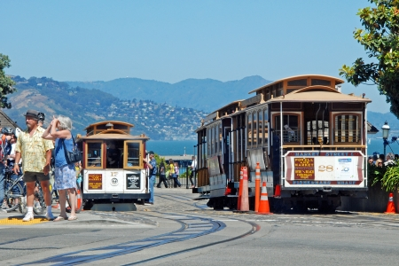 Permanent: SAN FRANCISCO - CIRCA 09 juni: Kabelbaan tram circa 09 juni in San Francisco, USA. De San Francisco cable car-systeem is wereldwijd laatste permanent operationeel is en handbediende kabelbaan systeem. Redactioneel