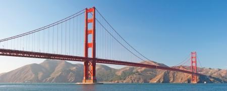 ゴールデン ゲート ブリッジ、日没時に San Francisco の背景パノラマで美しい紺碧の海と