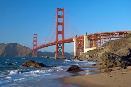 golden gate: El puente Golden Gate en San Francisco durante la puesta de sol con el oc�ano azul hermoso en el fondo Foto de archivo