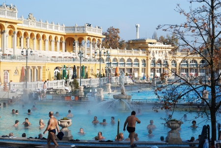 BUDAPEST - CIRCA NOVEMBER 2008: People having thermal bath in the Szechenyi spa circa November 2008 in Budapest, Hungary. 新聞圖片
