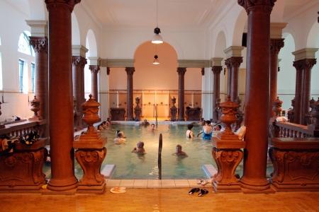 2009 年 9 月頃 - ブダペスト: 人々 ブダペストの 2009 年 9 月頃セーチェーニ温泉で、温泉があります。セーチェニイ温浴施設は、ヨーロッパ最大の薬湯