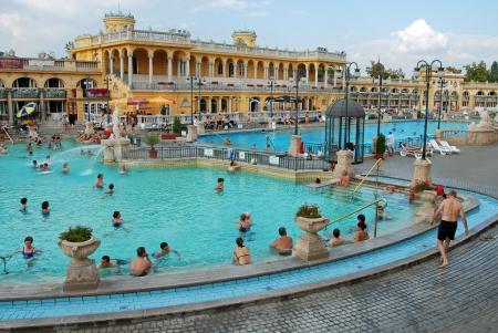 BUDAPEST - CIRCA SEPTEMBER 2009: Die Menschen haben ein Thermalbad im Szechenyi Spa circa September 2009 in Budapest. Szechenyi Heilbad ist das gr??te Heilbad in Europa.