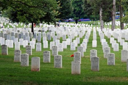 memorial cross: WASHINGTON DC - CIRCA 06 2009: Lápidas en el Cementerio Nacional de Arlington alrededor de junio de 2009 en Washington DC, EE.UU.. Lápidas marcar las tumbas de soldados que murieron en todos los conflictos de la revolución a 11 de septiembre. Editorial