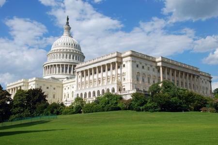 バック グラウンドで美しい青い空とワシントン アメリカ合衆国議会議事堂の屋外の表示