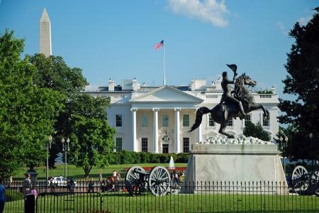 president???s: LAVARE il DC - CIRCA 9 giugno Casa Bianca e il monumento a Washington circa 9 giugno a Washington DC, Stati Uniti d'America Casa Bianca � stata la residenza di ogni presidente degli Stati Uniti da quando John Adams