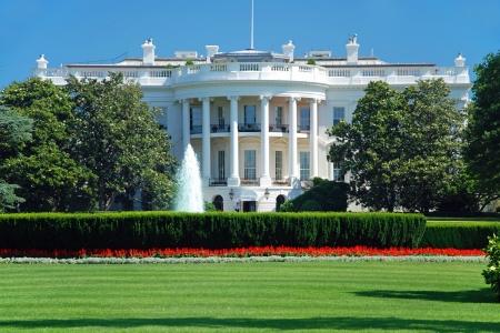 case colorate: La Casa Bianca a Washington DC con una bella cielo blu